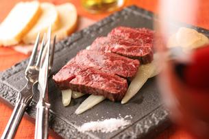 牛肉のステーキの写真素材 [FYI01666896]