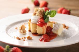 イチゴのチーズケーキの写真素材 [FYI01666909]