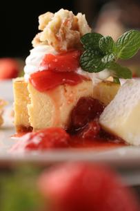 イチゴのチーズケーキの写真素材 [FYI01666911]