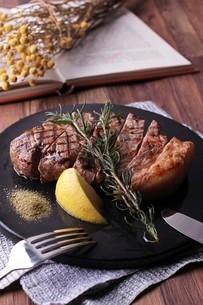 ローズマリー香るビーフステーキの写真素材 [FYI01666914]