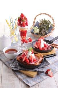 苺デザート集合イメージの写真素材 [FYI01666917]