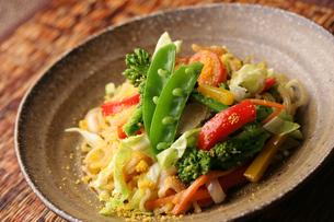 彩り野菜のエスニックヌードルの写真素材 [FYI01666925]