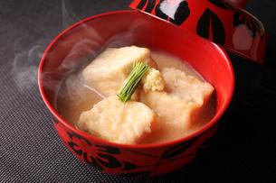 揚げ豆腐味噌汁の写真素材 [FYI01667014]