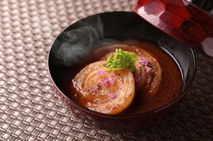 たまねぎの味噌汁の写真素材 [FYI01667022]
