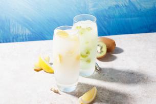 檸檬とキウイのフロズンサワーの写真素材 [FYI01667029]
