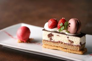 いちごのチョコレートミルフィーユの写真素材 [FYI01667039]