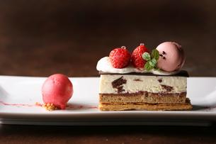 いちごのチョコレートミルフィーユの写真素材 [FYI01667044]