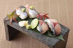 鯖と秋刀魚の寿司の写真素材 [FYI01667099]