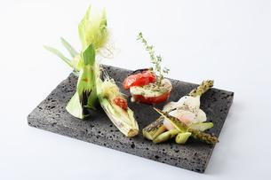 旬の野菜の石釜焼きの写真素材 [FYI01667144]