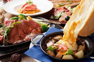 贅沢ラクレットチーズとローストビーフのコースの写真素材 [FYI01667181]