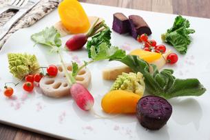 ワイン塩で楽しむ季節お野菜の写真素材 [FYI01667222]