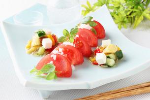 フレッシュトマトと夏野菜のジュレがけの写真素材 [FYI01667238]