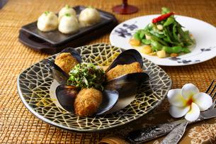 エスニック料理の温前菜集合の写真素材 [FYI01667262]