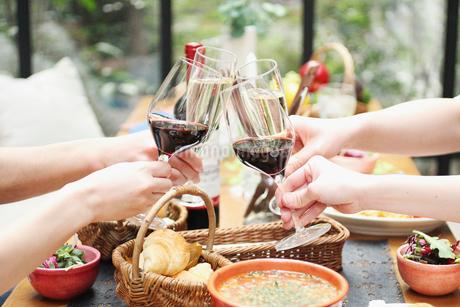 ワインで乾杯イメージの写真素材 [FYI01667313]