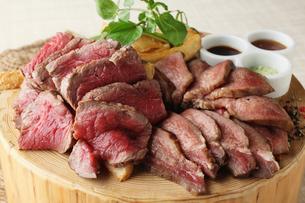 サーロインと牛タンのローストビーフ食べ比べの写真素材 [FYI01667346]