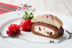クリスマス風ロールケーキの写真素材 [FYI01667389]