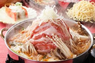豚肉タワーのピリ辛鍋の写真素材 [FYI01667406]