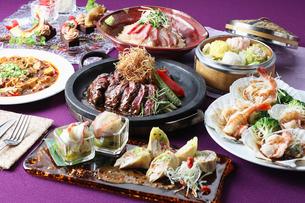アンガス牛の鉄板ステーキと大海老と帆立のコース料理の写真素材 [FYI01667419]