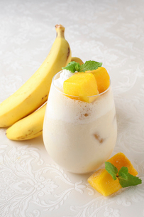 バナナとマンゴーのスムージーの写真素材 [FYI01667423]