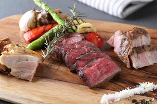 野菜と肉盛りの写真素材 [FYI01667524]