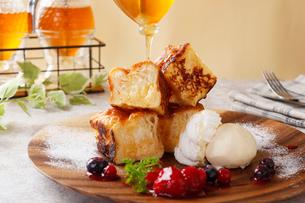 蜂蜜たっぷりフレンチトーストの写真素材 [FYI01667593]