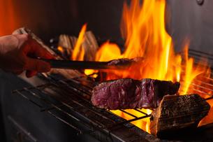 薪焼きステーキの写真素材 [FYI01667670]