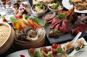 ローストビーフと海鮮蒸し料理の集合の写真素材 [FYI01667696]
