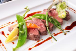 熟成牛のローストビーフと北海道じゃがいものオーブンバター赤ワインソースの写真素材 [FYI01667759]