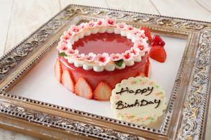 苺のゼリーケーキ,バースデーチョコプレート添えの写真素材 [FYI01667782]