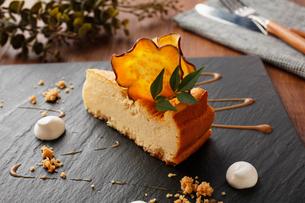 安納芋ケーキの写真素材 [FYI01667792]