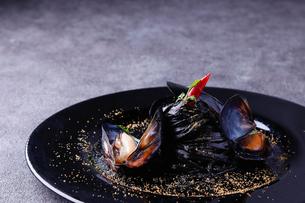ムール貝とイカ墨のパスタの写真素材 [FYI01667863]