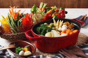 ポトフと野菜スティックの写真素材 [FYI01667899]