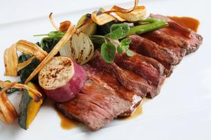 牛肉とグリル野菜 オレンジソース添えの写真素材 [FYI01667901]