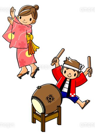 盆踊りを踊る浴衣の女子と太鼓を叩く法被の男子のイラスト素材 [FYI01667908]