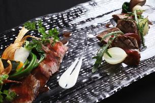 牛肉二種の食べ比べの写真素材 [FYI01667926]