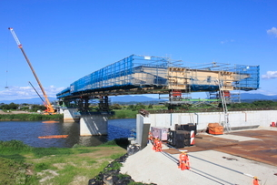 橋を建設中の工事現場の写真素材 [FYI01668074]