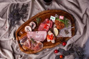 肉の前菜盛り合わせの写真素材 [FYI01668159]