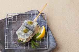白身魚とシソの天ぷらの写真素材 [FYI01668305]