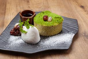 抹茶ロールケーキの写真素材 [FYI01668408]