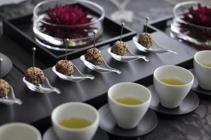 パーティーメニューのゴマ団子とお茶の写真素材 [FYI01668455]