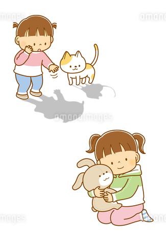 自分の影を指さすこどもと猫、ぬいぐるみのうさぎをだっこする女の子のイラスト素材 [FYI01668489]