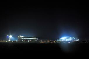 ビッグスワンスタジアムとHARD OFF ECOスタジアム新潟の夜景の写真素材 [FYI01668521]