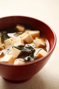 豆腐とわかめの味噌汁の写真素材 [FYI01668651]