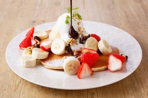 苺とバナナのパンケーキの写真素材 [FYI01668662]