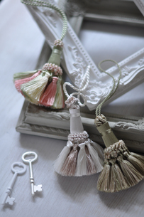 装飾のあるフレームと鍵の写真素材 [FYI01668665]