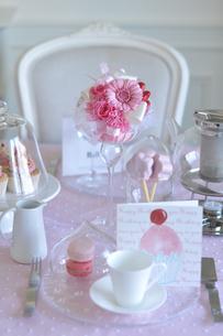 ストロベリーピンクのフラワーアレンジのテーブルコーディネートの写真素材 [FYI01668672]