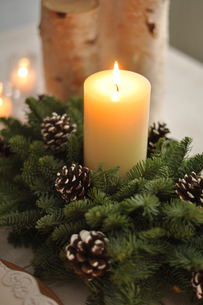 キャンドルとクリスマスリースの写真素材 [FYI01668701]