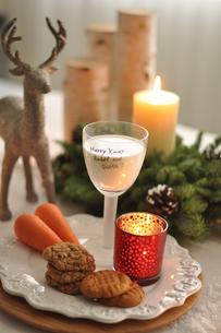 トナカイの人形とクリスマスアレンジのディッシュの写真素材 [FYI01668730]