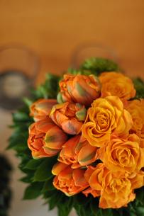 バラとチューリップのオレンジのアレンジの写真素材 [FYI01668744]