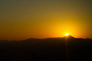 東京から見る富士山に沈む太陽の写真素材 [FYI01668856]